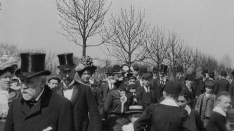 Sunday Promenade of Spectators in West Park, Hull (1902)