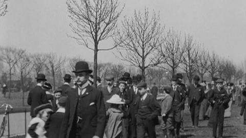 Sunday Parade in East Park in Hull (1904)